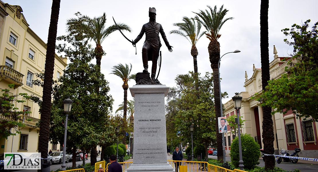 Estatua de Rafael Menacho en Badajoz