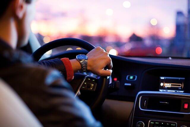 Hombre conduciendo un coche
